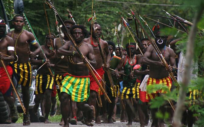 Hõimukonflikt 2012. aastal: Amole küla sõdalased Harapani küla ründamas. Tookord inimohvreid ei olnud.