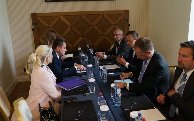 Urmas Reinsalu (left, centre) face-to-face with Hungarian counterpart Péter Szijjártó in Slovakia on Tuesday.