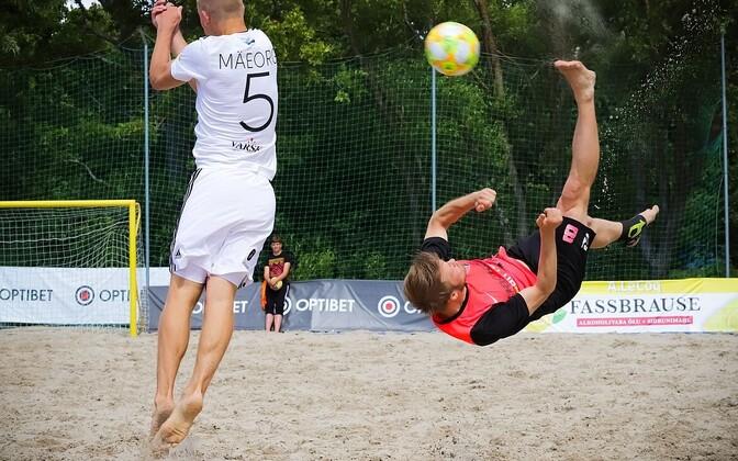 BSC Thunder Häcker mängija Erol Kigaste sooritamas käärlööki.