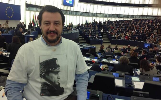 Matteo Salvini 2015. aastal Euroopa Parlamendis Putini pildiga T-särgis.