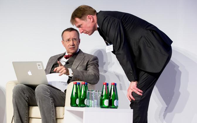 Eerik-Niiles Kross president Toomas Hendrik Ilvesega Lennart Meri konverentsil nõu pidamas.