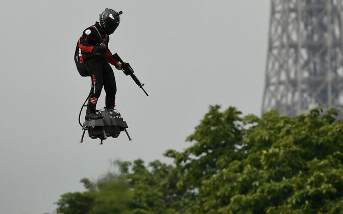 Franky Zapata demonstreerib oma reaktiivmootoriga hõljuklauda ehk Flyboardi Pariisis Bastille' päeva paraadil.