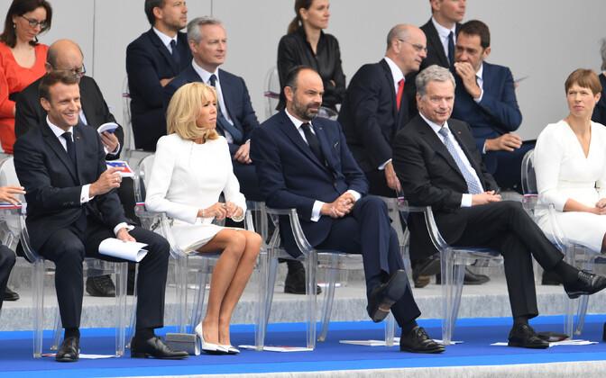 Керсти Кальюлайд (крайняя справа в нижнем ряду) наблюдала за парадом в компании видных политиков ЕС.