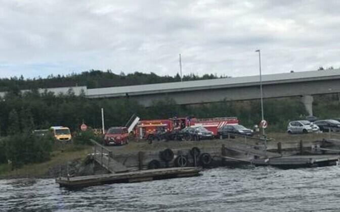 На месте катастрофы работают следователи и спасатели.