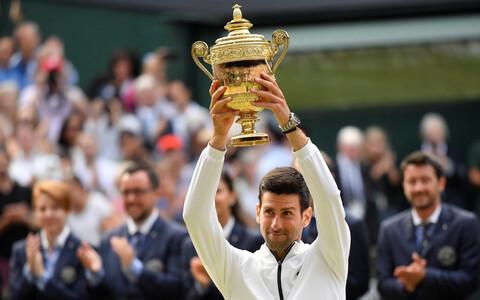 Novak Djokovic Wimbledoni võidutrofeega