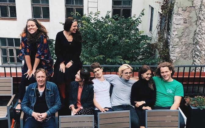 Suvelavastuse näitlejad. Ülevalt vasakult: Ingrid Noodla, Eva Kalbus. Alt vasakult: Egon Nuter, Külli Reinumägi, Mattias Nurga, Reemus Tõniste, Hanna-Ly Aavik, Markus Reinboom