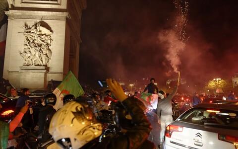 Фанаты сборной Алжира празднуют победу в Париже.