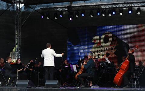 На Певческом поле выступили Уку Сувисте, Койт Тооме, Отт Лепланд и Лийзи Койксон.