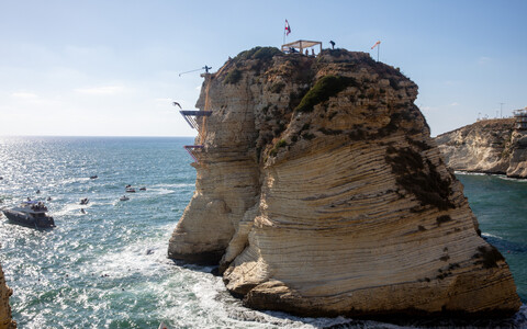 Прыжки в воду со скалы.