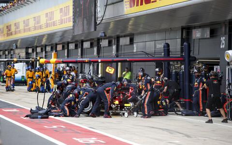 Red Bulli meeskond tegemas imeliselt kiirelt oma tööd