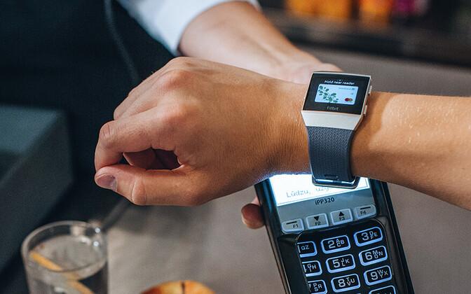 Смарт-часы Fitbit.