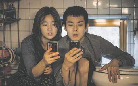 Kimide lapsed Ki-jung (Park So-dam) ja Ki-woo (Choi Woo-sik) püüavad tualettruumis leida tasuta wifit.