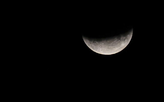 Частичное лунное затмение.