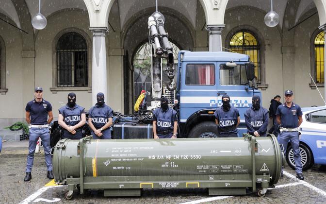 Itaalia politseinikud koos konfiskeeritud raketiga.