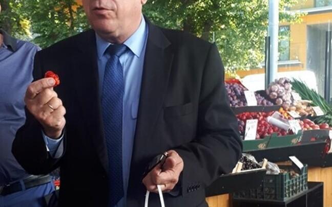 Министр сельской жизни Март Ярвик проверяет клубнику на рынке Балтийского вокзала.