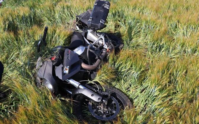 Лежавшего на поле мотоциклиста заметил водитель проезжавшего мимо автомобиля.