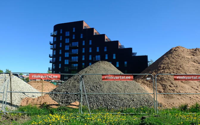 Construction work continues on a group of new apartment buildings in Central Tartu.