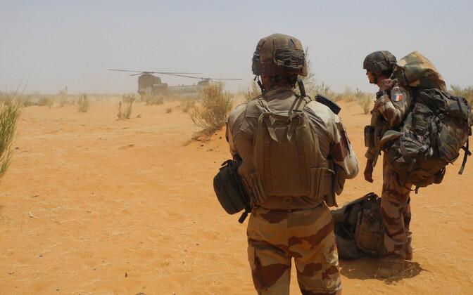 Prantsuse sõdurid ja Briti relvajõudude helikopter Chinook Malis käesoleva aasta märtsis.