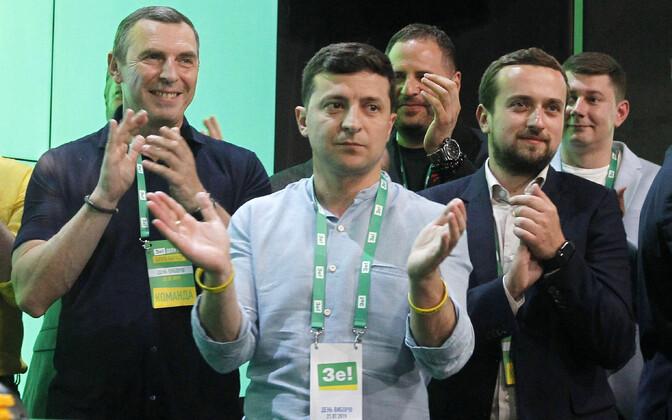 Ukraina president Volodõmõr Zelenski pühapäeval valimistulemusi jälgimas.