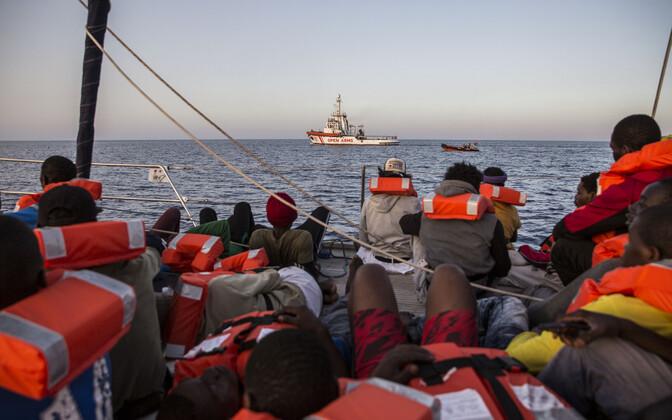 Migrandid vabaühenduse Saving Humans paadil Itaaliale kuuluva Lampedusa saare lähistel.