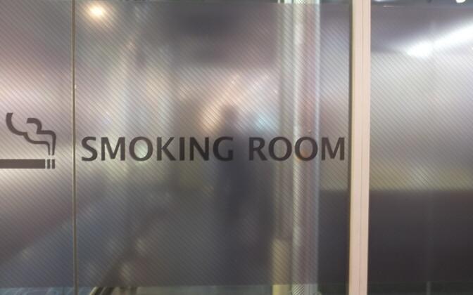 Вход в курительные комнаты могут сделать платным.