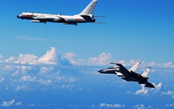 Бомбардировщик H-6K и истребитель Су-30 ВВС Китая.