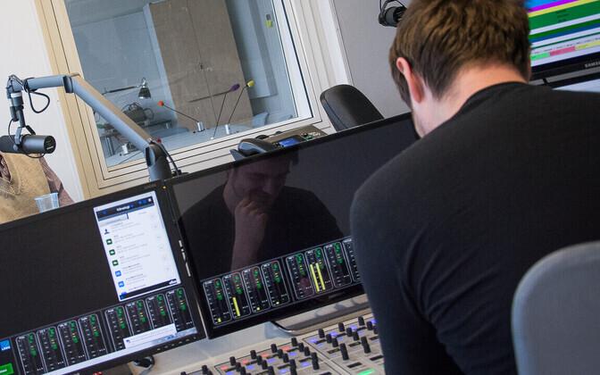 Vikerraadio stuudio raadiomajas, saatejuht Taavi Libe