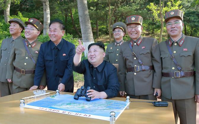 Põhja-Korea liider Kim Jong-un koos sõjaväelastega raketikatsetust vaatamas, arhiivifoto.