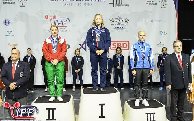 Helena Veelmaa (paremal sinises)
