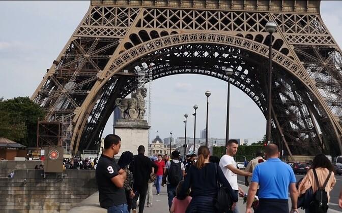 Один из символов Парижа - Эйфелева башня.