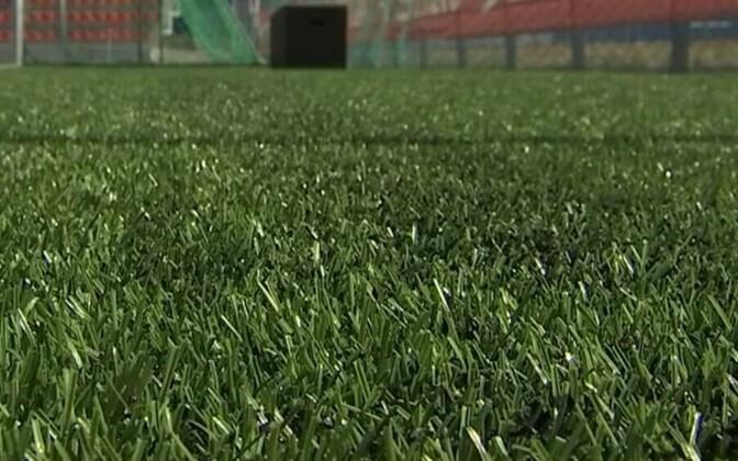 Футбольное поле с искусственной травой.