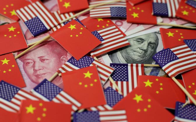Hiina ja USA lipud ja raha.