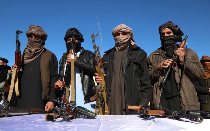 Rahuprotsessiga ühinenud endised Talibani võitlejad ära andmas oma relvi.