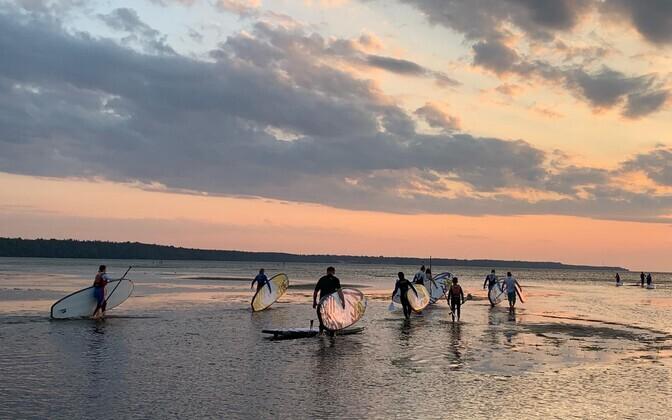 Группа из 12 человек отправилась в море в районе 21:00, когда погодные условия еще не испортились.