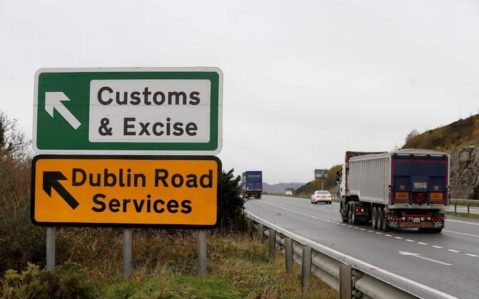 Põhja-Iirimaa ja Iirimaa piiril asuv vana silt.