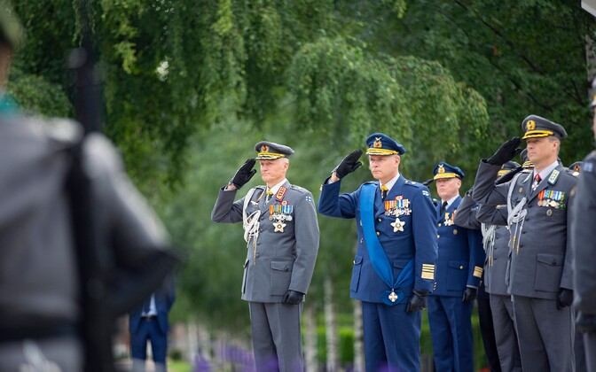 Vasakul Soome kaitseväe juhataja kindralleitnant Timo Kivinen ja paremal endine juhataja kindral Jarno Lindberg.