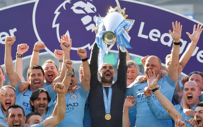 Pep Guardiola Manchester City võidukarikaga.