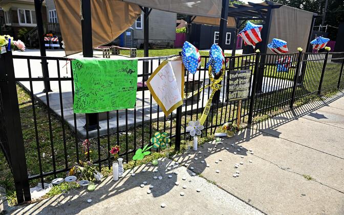Mälestusesemed tänavanurgal, kus Chantell Grant ja Andrea Stoudemire valvasid.