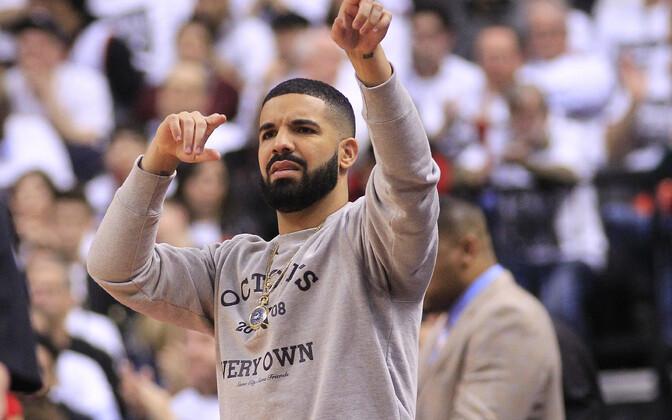 Drake NBA play-off mängul Toronto Raptorsit toetamas.