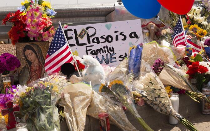 Lilled hukkunute mälestuseks El Paso Walmarti juures.