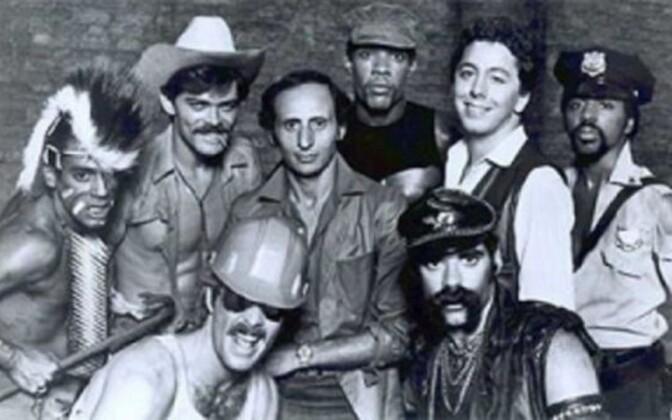 Ansambel Village People 1978. aastal. Henri Belolo on pildil keskel (ilma atribuutideta) ja Jaques Morali teises reas paremalt teine.