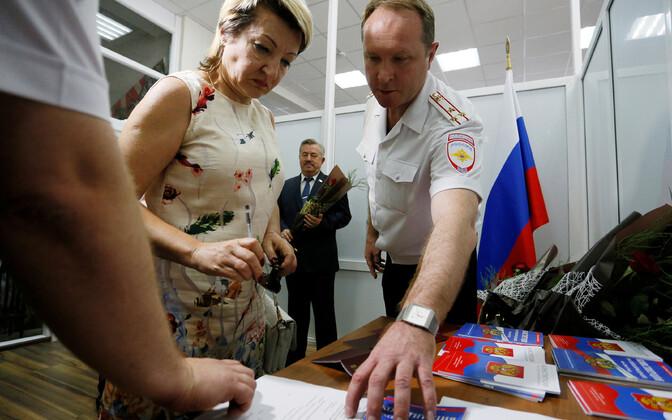 Россия ввела упрощенный порядок получения граданства для жителей Луганской и Донецкой области Украины с 24 апреля.