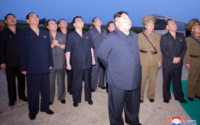 Kim Jong-un raketikatsetust jälgimas.