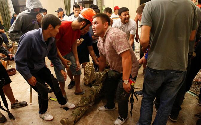 При попытке штурма погиб один спецназовец, пострадали около 50 человек.