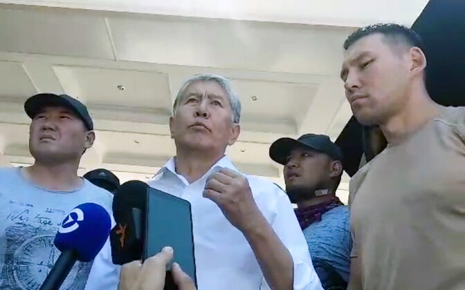 Ekspresident Atambajev koos poolehoidjatega.