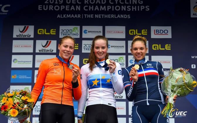 Naisjuunioride grupisõidu medalikolmik: kulla võitis Ilse Pluimers, hõbeda Sofie Van Rooijen ja pronksi Kristina Nenadovic.