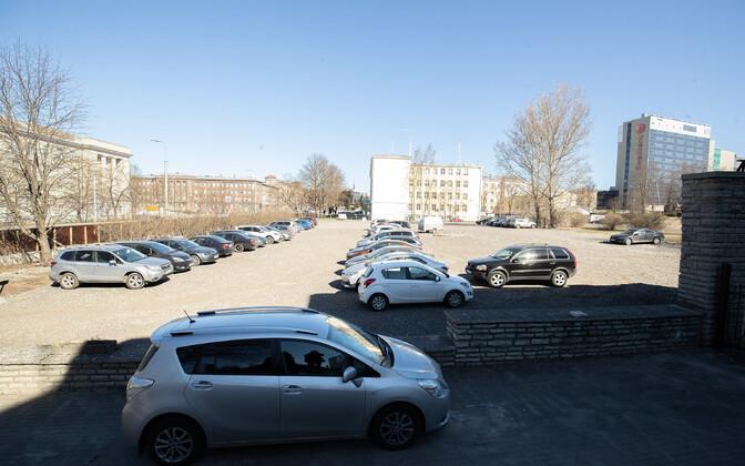 Пока что на месте будущей Школы изящных искусств работает парковка.