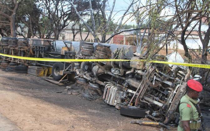 Жертвами взрыва в основном стали местные жители, которые собирали вылившееся из бензовоза топливо.