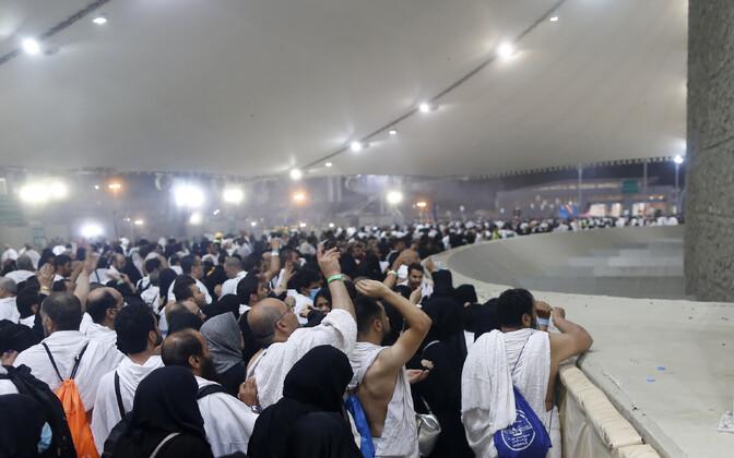 Moslemi palverändurid loobivad kuradit sümboliseerivat sammast Minas.