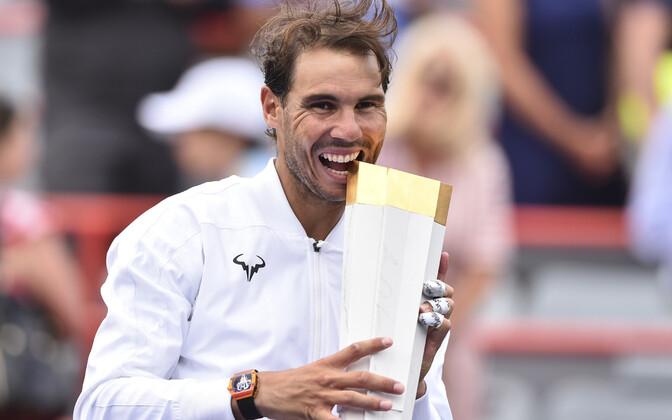 Rafael Nadal võidukarikaga.